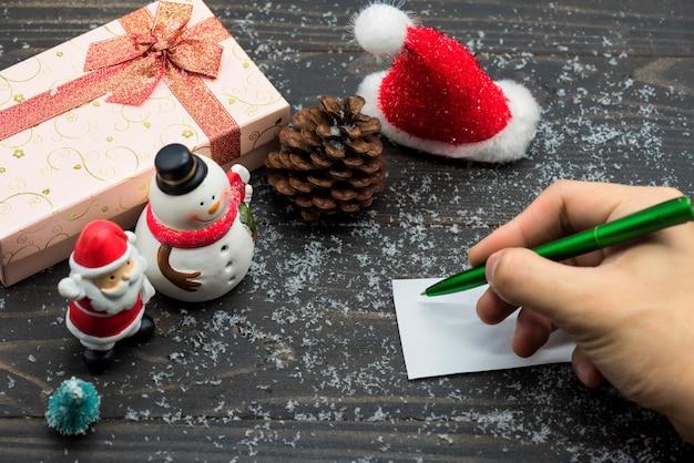 Weihnachtsfeiertag mit handschriftkarte auf holz