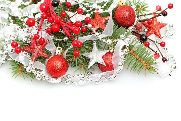 Weihnachtsfeiertag mit roter kugel, kugel, band und sternen lokalisiert