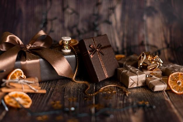 Weihnachtsfeiertag, weihnachtstabelle mit verziertem weihnachtsbaum und girlanden