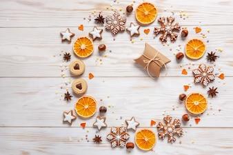 Weihnachtsfeiertags-Kranzhintergrund mit Geschenkbox