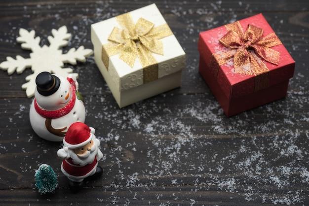 Weihnachtsfeiertagsdekoration auf hölzernem hintergrund