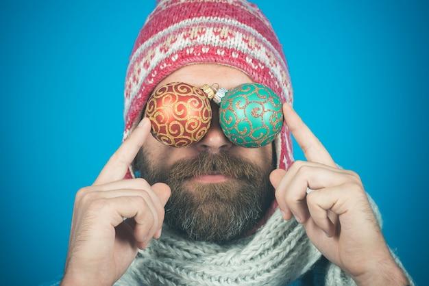 Weihnachtsfeiertagsfeiertagsdekorationen und -verzierungen bärtiger hipster in hut und schal