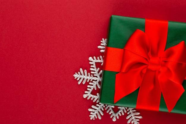 Weihnachtsfeiertagsgeschenkbox auf rotem hintergrund