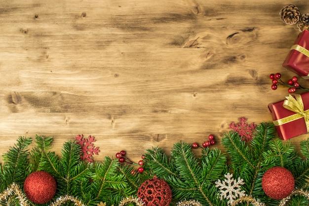 Weihnachtsfeiertagshintergrund auf altem holz