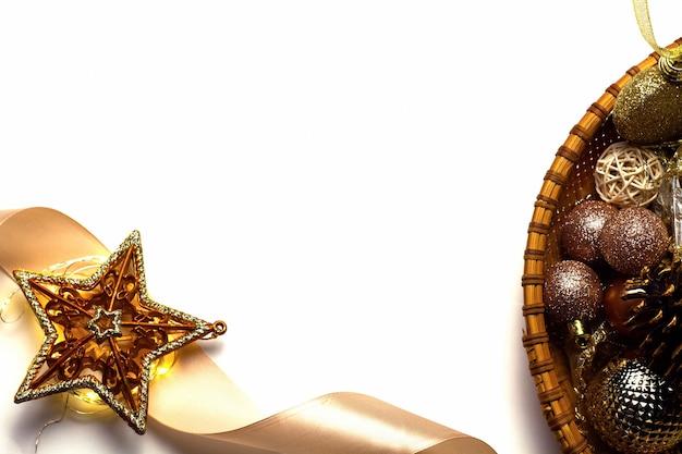 Weihnachtsfeiertagshintergrund mit goldenen spielzeugen