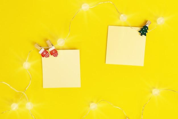 Weihnachtsfeiertagshintergrund mit kleinen papiernotizen mit kopienraum für neue ideen, wichtige pläne, interessante einstellungen.