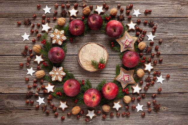 Weihnachtsfeiertagshintergrund mit selbst gemachten plätzchen