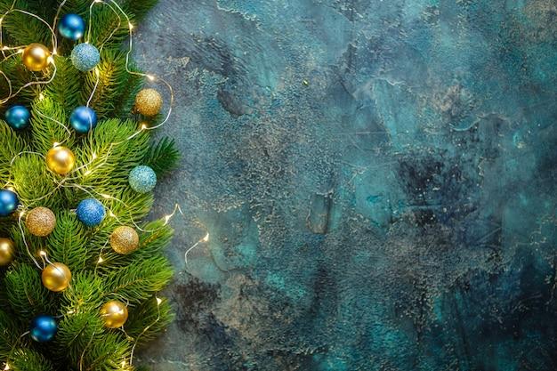 Weihnachtsfeiertagsrahmen mit festlichen dekorationen blaue und goldene kugeln auf altem blau. weihnachten mit kopierraum