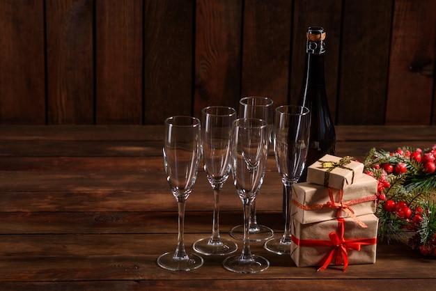 Weihnachtsfeiertagstabelle mit gläsern und einer flasche
