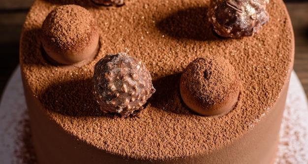 Weihnachtsfeiertagstabelle mit köstlichem trüffelkuchen und schönen lebkuchen. feststimmung am heiligabend
