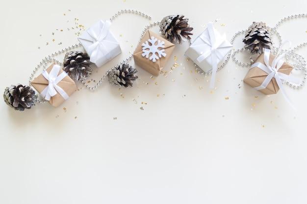 Weihnachtsfeiertagszusammensetzung auf hellem hintergrund mit kopienraum für ihren text
