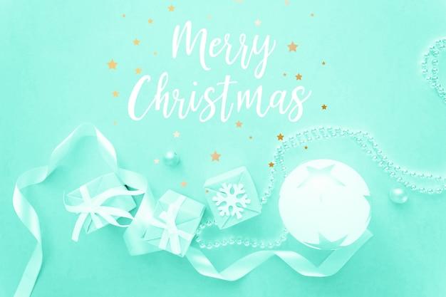 Weihnachtsfeiertagszusammensetzung auf heller wand mit dem beschriften von frohen weihnachten