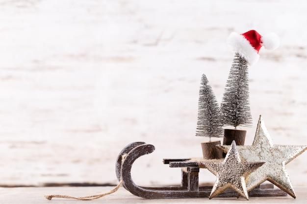 Weihnachtsfeiertagszusammensetzung auf hölzernem hintergrund. weihnachtsbaumdekoration und kopierraum für ihren text.