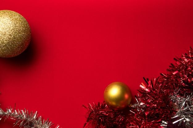 Weihnachtsfeiertagszusammensetzung auf rot mit kopienraum für ihren text