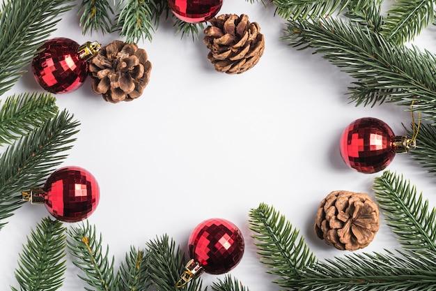 Weihnachtsferien kopieren raumkomposition rote kugeln, tannenzapfen und tannenzweige.