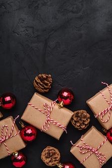 Weihnachtsferien zusammensetzung. geschenkboxen, rote verzierungen und kugeln dekorationen. speicherplatz kopieren.