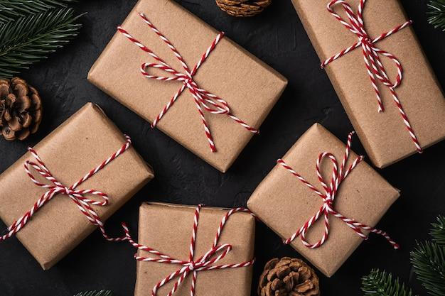 Weihnachtsferien zusammensetzung. öko-geschenkboxen, tannenzapfen und tannen.