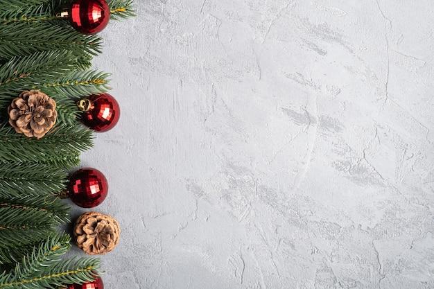 Weihnachtsferien zusammensetzung. rote ornament- und kugeldekorationen, tannen- und tannenzapfen. speicherplatz kopieren