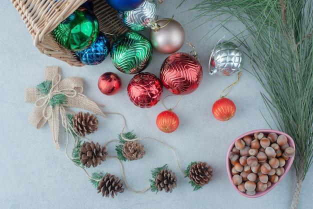 Weihnachtsfestkugeln mit tannenzapfen und nüssen. hochwertiges foto