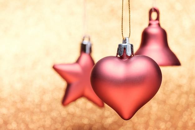 Weihnachtsfestliche dekorationen auf buntem hintergrund