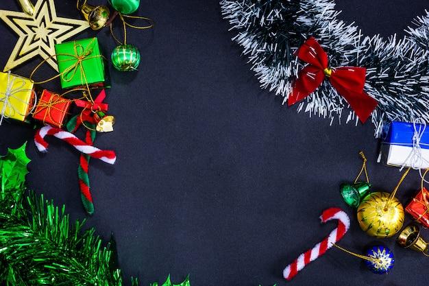 Weihnachtsfestliche dekorationen mit leerem auf schwarzem papierhintergrund, konzept des neuen jahres.