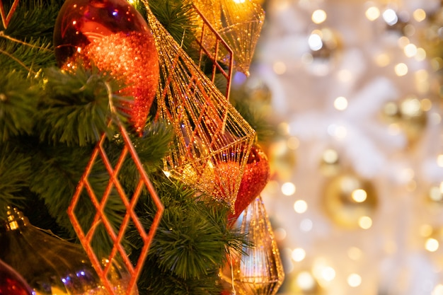 Weihnachtsfestliche zusammensetzung, abschluss herauf den weihnachtsbaum, der mit schöner innenarchitektur des glänzenden goldes und des roten balls verziert wird