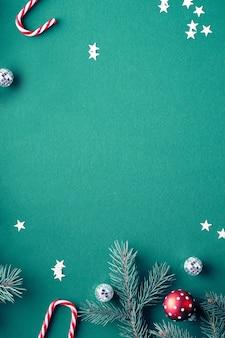 Weihnachtsfestlicher hintergrund auf grünem papier