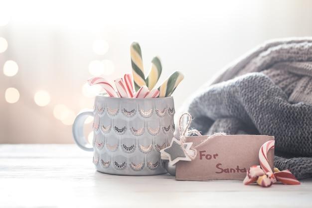 Weihnachtsfestlicher hintergrund mit süßem geschenk für den weihnachtsmann in einer schönen tasse, konzept der feiertage und familienwerte
