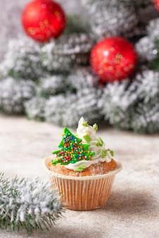 Weihnachtsfestlicher kleiner kuchen mit sahne