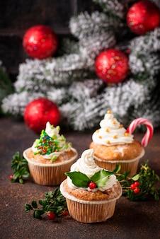 Weihnachtsfestlicher kleiner kuchen mit verschiedenen dekorationen