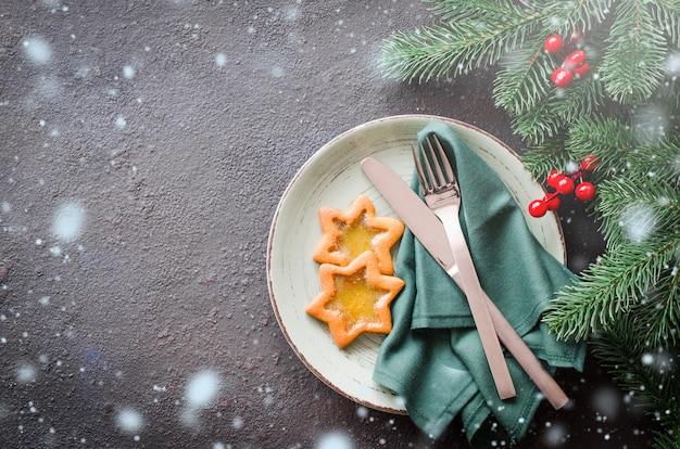 Weihnachtsfestliches gedeck mit weihnachtsdekorationen.
