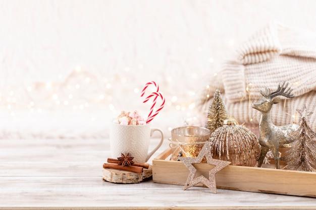Weihnachtsfestliches, gemütliches dekor-stillleben auf holzhintergrund, konzept von wohnkomfort und urlaub.