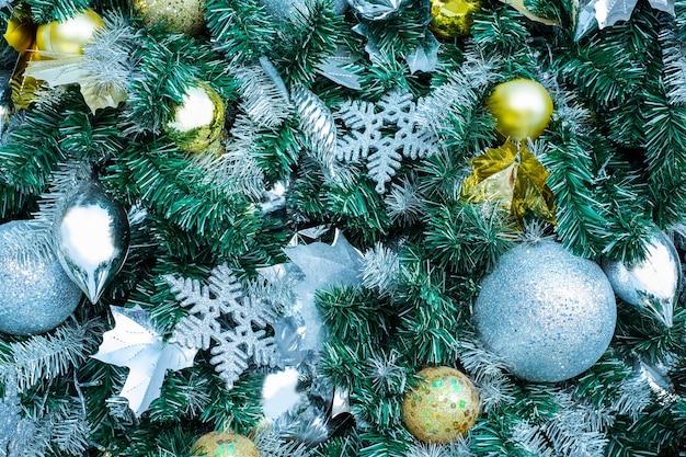 Weihnachtsfichte mit ornamenten