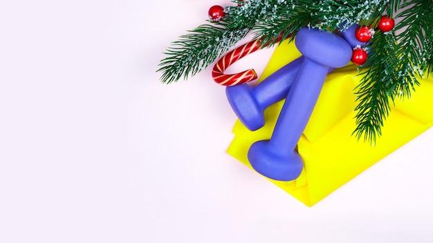 Weihnachtsfitness. grußkartenkonzept des gesunden und aktiven lebensstils.