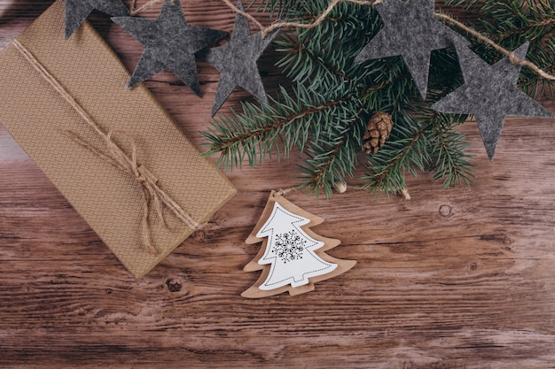 Weihnachtsflache legen auf hölzernen hintergrund