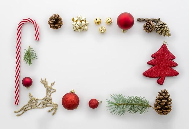 Weihnachtsflachlage angeredete szene - draufsichtrahmen mit dekorationen flache lage, draufsicht. tren