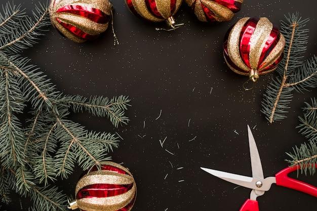 Weihnachtsflitter nahe tannenzweigen