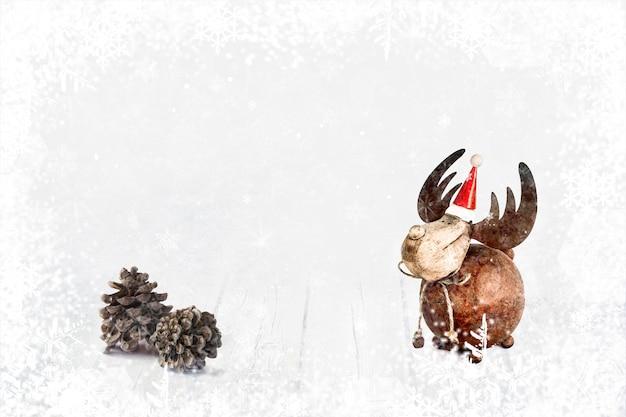 Weihnachtsflitter, rotwild in santa claus-hut und kiefernkegel auf hölzernem hintergrund des winters mit schneeflocken.