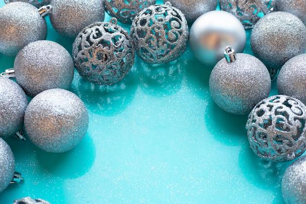 Weihnachtsflitterdekoration auf blauem hintergrund.