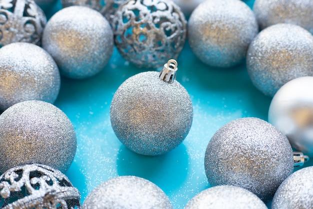 Weihnachtsflitterdekoration auf blauer wand