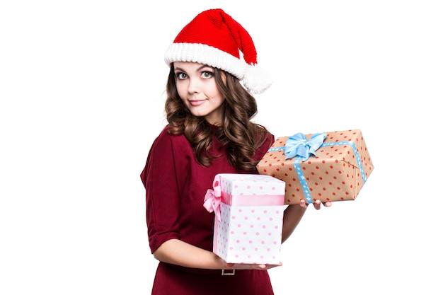 Weihnachtsfrau in einer weihnachtsmütze mit geschenken