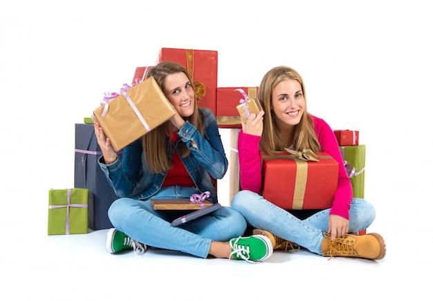 Weihnachtsfrauen, die geschenke über weißem hintergrund halten