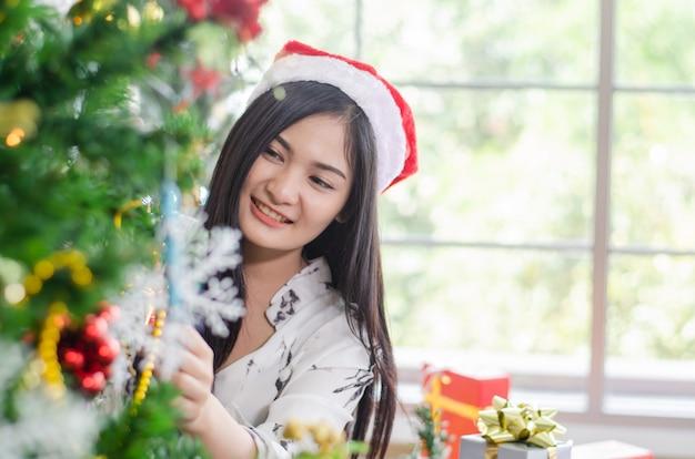 Weihnachtsfrauen genießen mit weihnachtsgeschenkbox