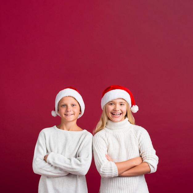 Weihnachtsfreunde, die im studio aufwerfen
