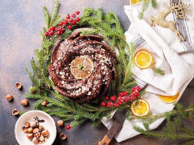 Weihnachtsfrucht-kuchen, pudding an am feiertagshintergrund.