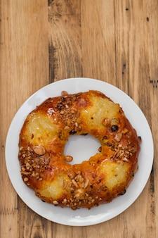 Weihnachtsfruchtkuchen auf weißer platte auf brauner holzoberfläche