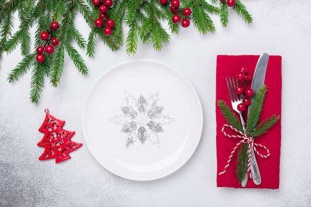 Weihnachtsgedeck mit geschenken und tannenbaumast auf steinhintergrund