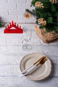 Weihnachtsgedeck mit kiefer
