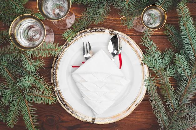 Weihnachtsgedeck mit kieferniederlassungen und draufsicht der dekorationen