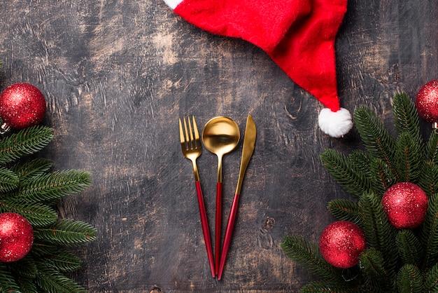 Weihnachtsgedeck mit rotem dekor